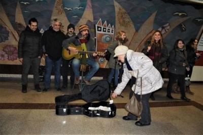 Çelik Taksim metrosunda çaldı, yarım saatte 137 TL topladı! 15 gün karnımı doyururum