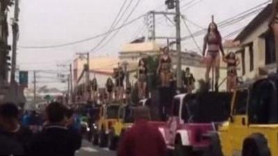 Cenaze töreninde direk dansçıları dans etti