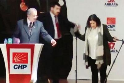 CHP'de olaylı kongre: Mikrofon devrildi, su şişesi fırlatıldı, yumruklaşma yaşandı