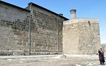 Çifte Minareli Medrese duvarına boru döşenmesi tepki gördü!
