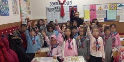 Çocuklara idam ipi tutturan sınıf öğretmeni açığa alındı