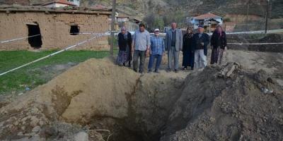 Çorum'da oluşan obruk köylüleri korkuttu: Ne atsak yutuyor