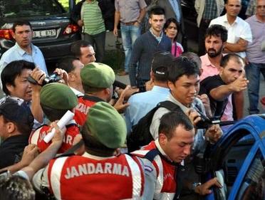 Japon gazetecilere adliye önünde saldırı!