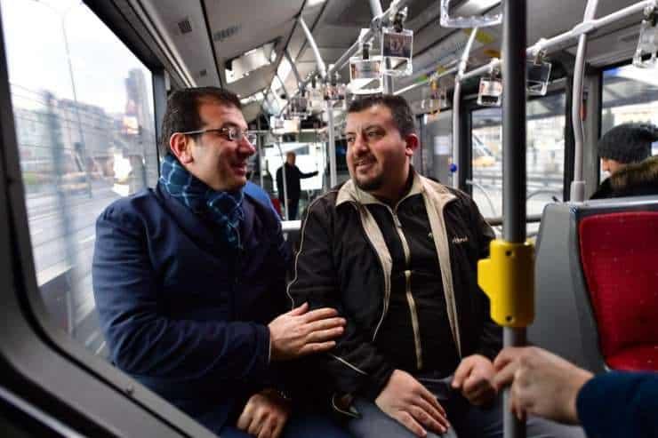 Ekrem İmamoğlu, 'metrobüste oturmak isteyen adam'la yolculuk yaptı