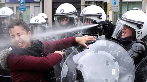 Erdoğan: Bizim polisimiz insaflı, kendi polisleri neler yapıyor