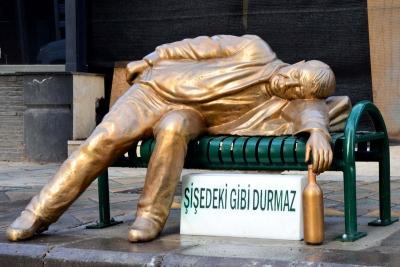 Eskişehir Belediyesi'nden ilginç heykel: Şişedeki gibi durmaz