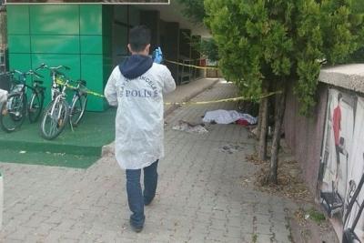 Ev işçisi kadın cam silerken düşerek hayatını kaybetti