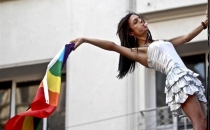Evine LGBTİ bayrağı asan doktora gözaltı!