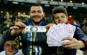 Fenerbahçe taraftarından Gökhan Gönül'e 'paralı' tepki