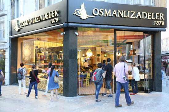 Fransız gazeteci 'kötü koktuğu' gerekçesiyle İstanbul'daki pastaneden kovuldu