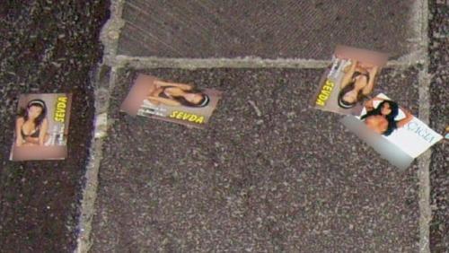 Ankara'da yere atılan fuhuş kartları!