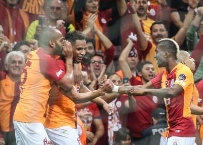 Galatasaray, Beşiktaş'ı 2-0 yenerek ligin bitimine üç hafta kala liderliğe yükseldi