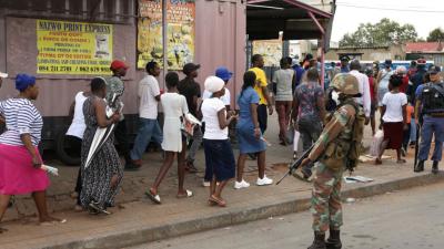 Güney Afrika'da market önünde biriken kalabalığa polisten plastik mermi