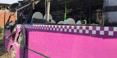 Halk otobüsü üst geçide çarptı: 14 yaralı