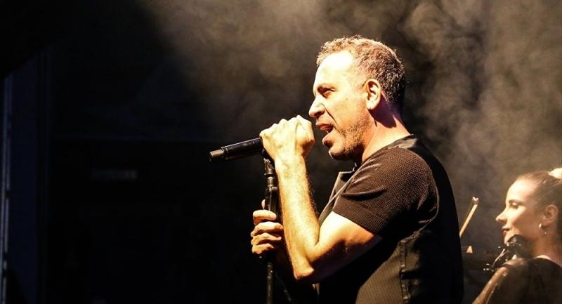 Haluk Levent 'Öykü Arin'e Umut Ol' konserinde sahne aldı