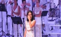 Harbiye'de konser veren Bengü sahnede ağladı!