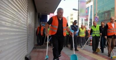 Hatay'da Belediye Başkanı sokakları temizledi