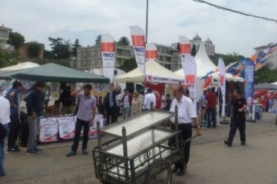 HDP standına bıçaklı saldırı: İki kişi yaralandı