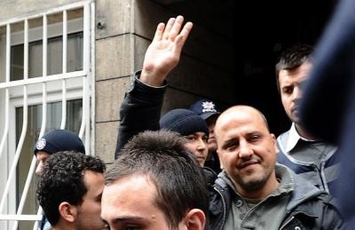 HDP'li Ahmet Şık gözaltında öldürülen gazeteci Metin Göktepe rozetini taktı