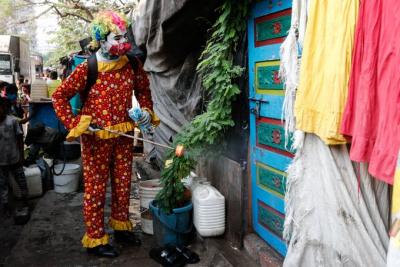 Hindistan'da bir palyaço, çocuklara maske dağıtıp sokakları dezenfekte ediyor