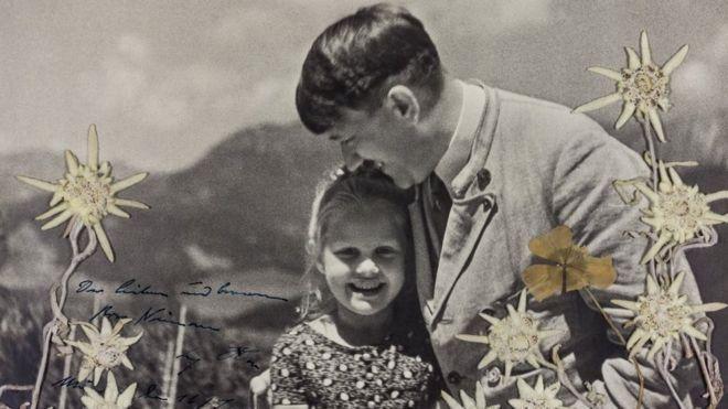 Hitler'in Yahudi kızla çekilmiş imzalı fotoğrafı açık artırmada