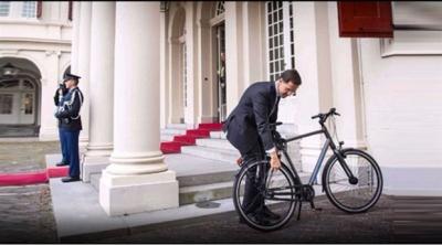 Hollanda Başbakanı Kral ile görüşmeye bisikletle gitti