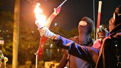 Hong Kong'da eylemciler polise ateşli ok fırlattı