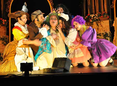 Bol kahkahalı Huysuz Müzikali perde dedi!