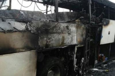 İçinde yolcuların olduğu otobüs yandı