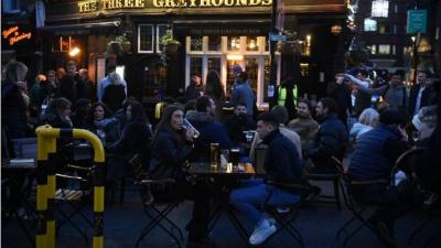 İngiltere'de normalleşme: Kafe, restoran ve barların iç mekanlarına da müşteri kabul edilecek