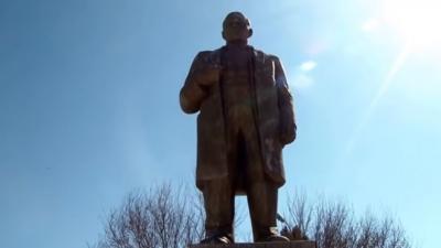 İmamlar para toplayıp Lenin heykelini restore etti