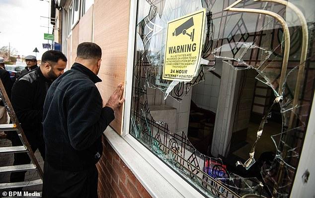 İngiltere'de 4 camiye balyozlu saldırı