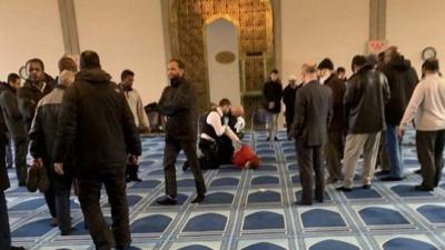 İngiltere'de camiye saldırı; namaz kılan bir kişi bıçaklandı