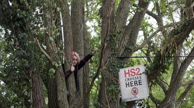 İngiltere'de çevreci grup ağaçları kestirmemek için kamp kurup kitap okudu