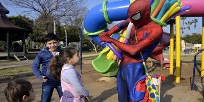 İş bulamayan mühendis örümcek adam kostümüyle balon satıyor