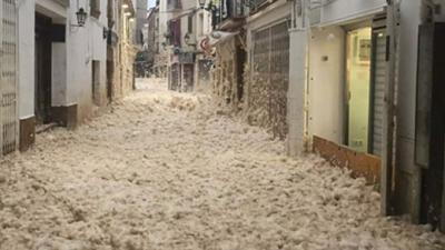 İspanya'da deniz içinde bulunan planktonlar köpürerek sahil kentinin sokaklarını kapladı