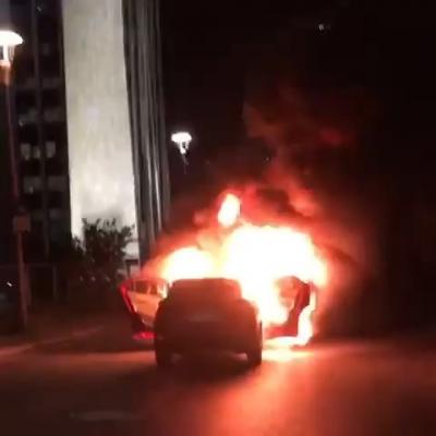 İsrail'i protesto etmek için başkonsolosluk önünde otomobil yaktı
