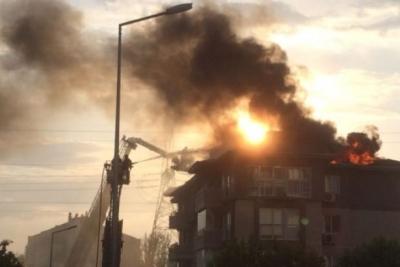 İstanbul'da 5 katlı bir binanın çatısında yangın çıktı