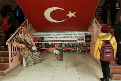 İstanbul'da bir ilkokula asılan 'Zafer İslam'ın' pankartına tepki