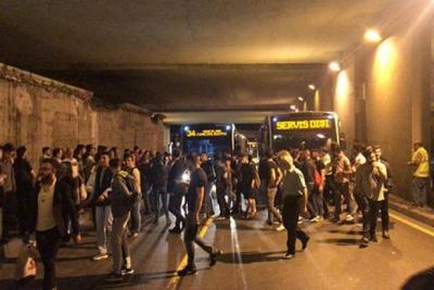 İstanbul'da metrobüs protestosu: Yolcular yolu kapattı