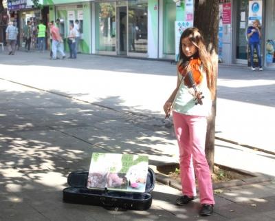 İstiklal Caddesi'nde keman çalarak kedi evi yaptırdı!