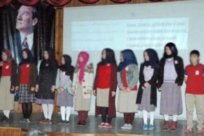 İstiklal Marşı'nı türbanlı öğrencilere Arapça okuttular