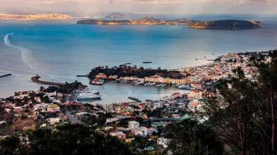 İtalya'da turizm sezonunu kurtarmak için Procida adasında herkes aşılandı
