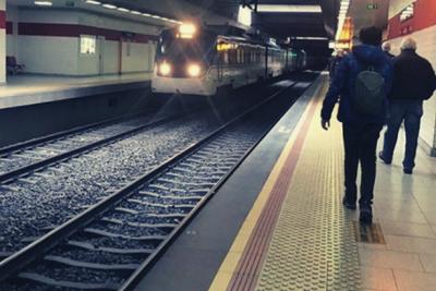 İzmir'de bir kişi trenin önüne atlayarak intihar etti