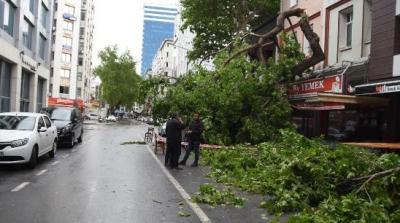 İzmir'de fırtına nedeniyle vapur seferleri yapılamıyor