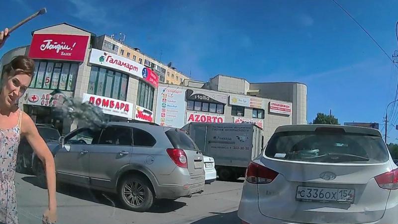 Kadın sürücü kendisine korna çalan araca çekiçle saldırdı