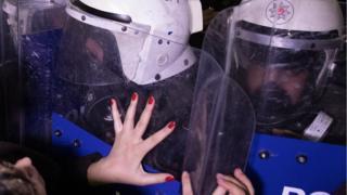 Kadınlar feminist gece yürüyüşünü Karaköy'de yaptıkları yürüyüş ile sonlandırdı