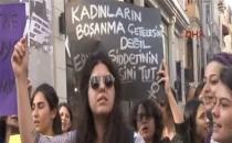 Kadınlar İstiklal Caddesi'nde prezervatif dağıttı!