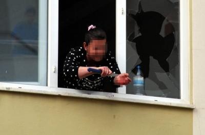 Kahramanmaraş'ta bir kadın evini ateşe verip bileklerini kesti