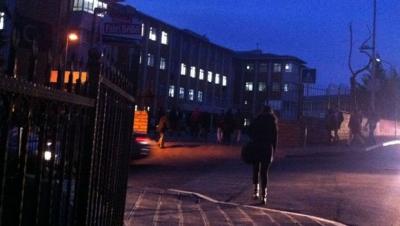 Karanlıkta okula gitmeye çalışan öğrenciye servis çarptı